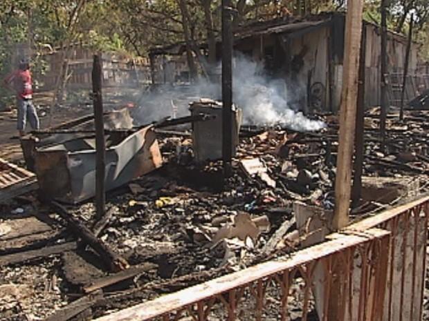 Fogo consumiu quatro barracos na noite de sexta-feira  (Foto: Reprodução/TV TEM)