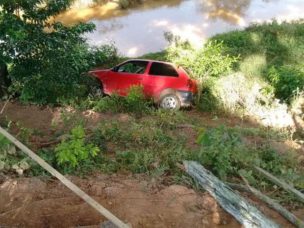Após acidente, carro caiu em barranco na MG-133 em Tabuleiro (Foto: Polícia Militar Rodoviária/Divulgação)