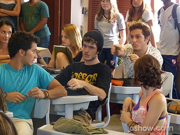 Ben, Sidney e Serguei não conseguem tirar dúvidas (Foto: Malhação / TV Globo)