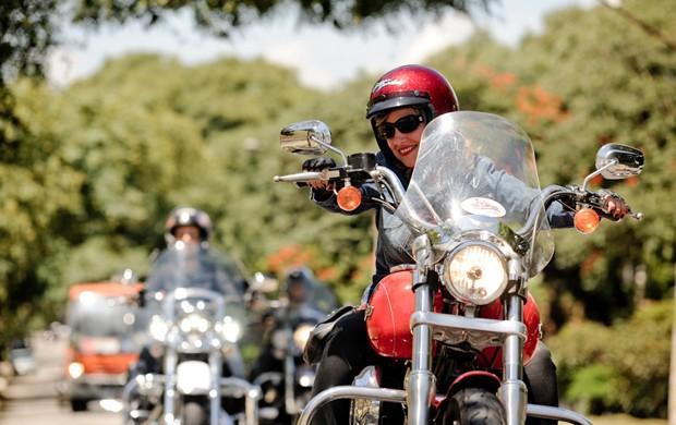 A professora de  direito Sandra Lúcia, de 42 anos, faz parte de motoclube (Foto: Raul Zito / G1)