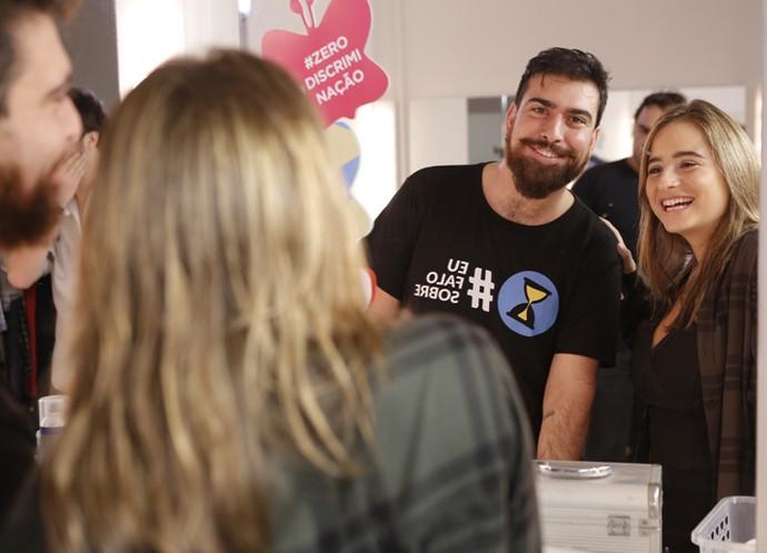 Gabriel posa descontraído nos bastidores com Manu (Foto: Pedro Carrilho/Gshow)