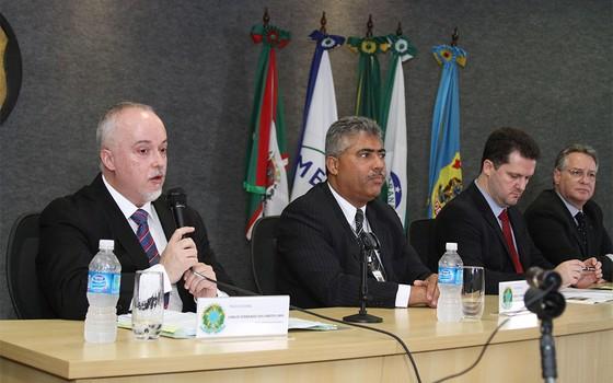 O delegado Igor Romário de Paula e o superintendente Rosalvo Ferreira Franco (Foto: EFE)