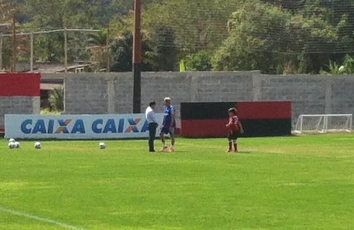 Oswaldo de Oliveira e Rodrigo Caetano treino Flamengo (Foto: Chandy Teixeira)