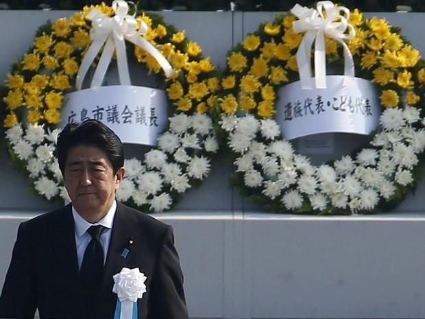 O primeiro-ministro do Japão, Shinzo Abe, participa de cerimônia pelos 70 anos do bombardeio de Hiroshima, no Parque Memorial da Paz, na quinta (6) (Foto: Reuters/Thomas Peter)