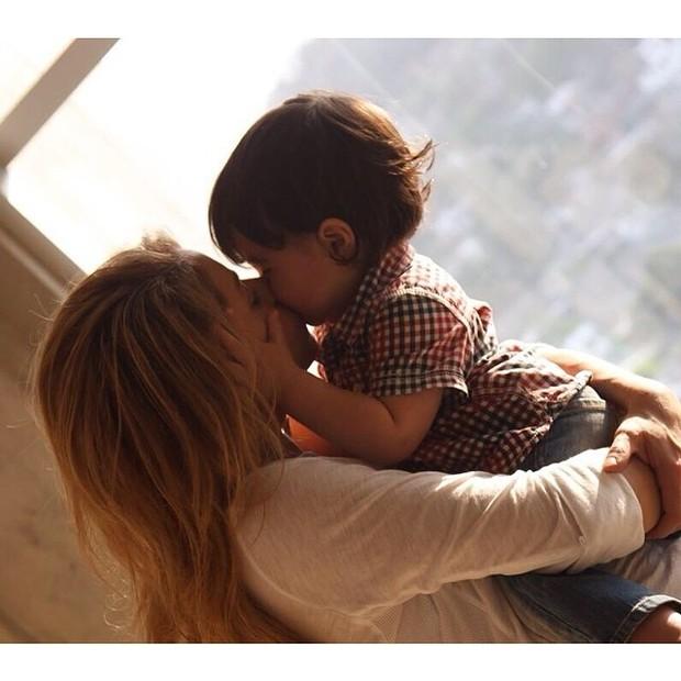 Shakira em momento carinhoso com o filho Milan (Foto: Reprodução/Instagram)