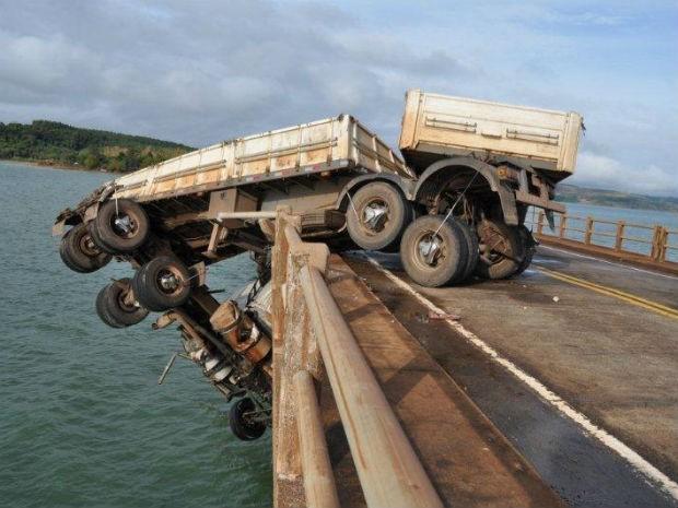 Parte traseira do caminhão que ficou pendurado na Ponte Chavantes (Foto: Divulgação/PRE)