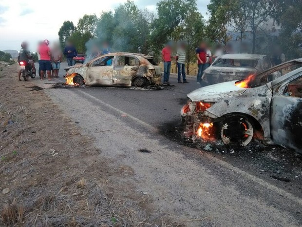 Assaltantes incendiaram três carros durante a fuga (Foto: Divulgação/Polícia Militar)