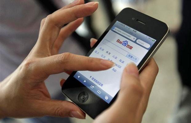 Usuário usa o iPhone 4 durante conferência de inovação tecnológica em Pequim para fazer busca no site chinês Baidu (Foto: Jason Lee/Reuters)