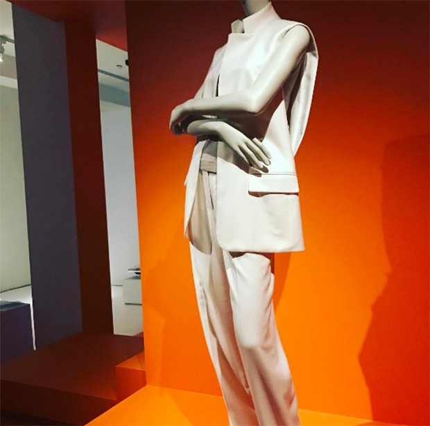It's ORANGE versus WHITE - for Hermes or Margiela's own brand in an exhibition at Antwerp's MoMu Fashion museum from 31st March until 27th August 2017. (Foto: @suzymenkesvogue)