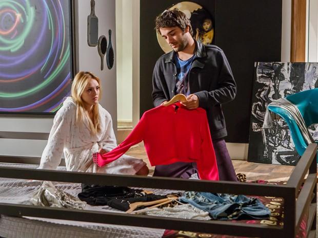 Ele também ajuda a loira a escolher a roupa (Foto: Artur Meninea/TV Globo)