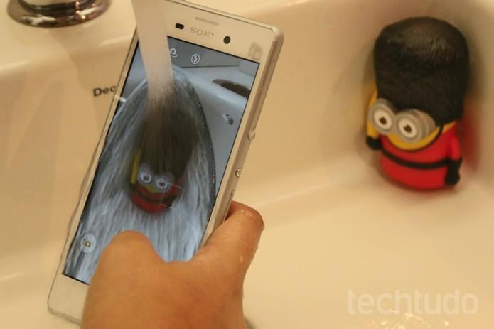 Embaixo d'água, a câmera do Xperia M4 Aqua só funciona pelo botão na lateral  (Foto: Carol Danelli/TechTudo)