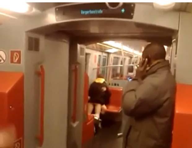 Em dezembro de 2010, um casal foi filmado tendo relações sexuais no vagão do metrô em Viena, na Áustria. As imagens mostram a dupla realizando o ato sexual enquanto outros passageiros se aglomeram ao redor para assistir e poder filmá-los com seus celulares. (Foto: Reprodução) (Foto: Reprodução)
