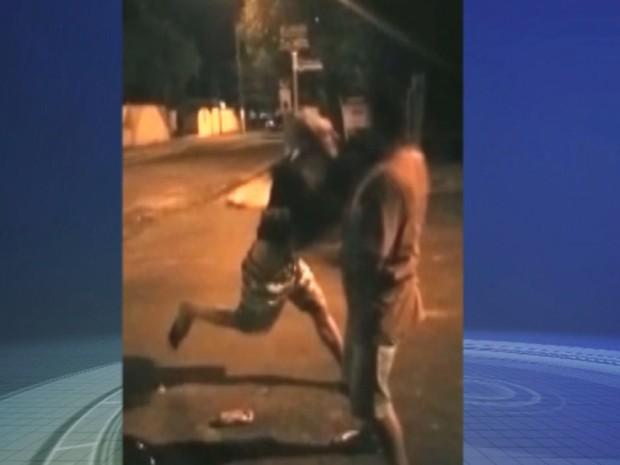 Jovem acerta soco na vítima, que morreu (Foto: Reprodução / TV TEM)