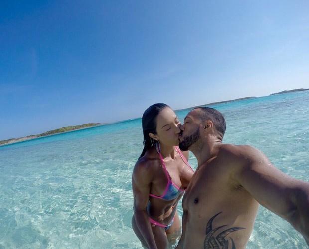 Belo faz selfie de beijo e registra pose sexy de Gracyanne em praia paradisíaca (Foto: Arquivo pessoal)