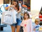Alessandra Ambrósio passeia com filhos e Anja rouba a cena