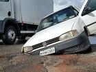 Carro cai em buraco e deixa trânsito lento no Alecrim, Zona Oeste de Natal