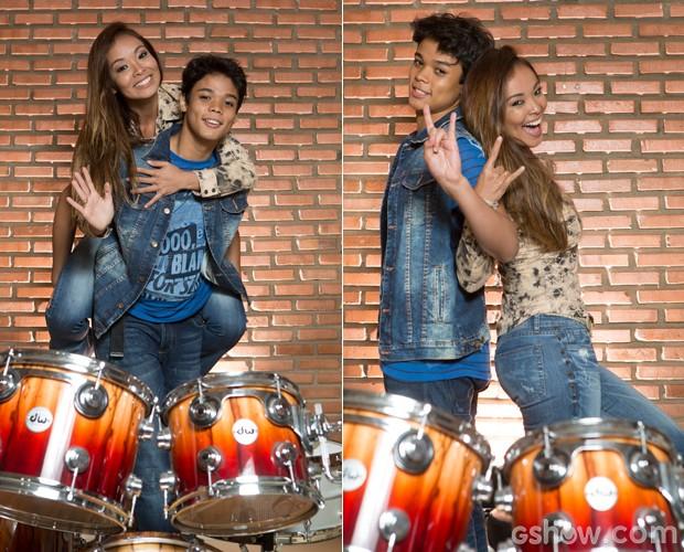 Naka entra no clima do rock com o filho baterista (Foto: Felipe Monteiro / TV Globo)
