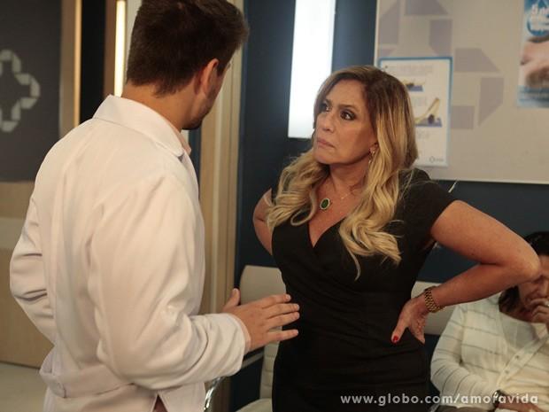 Rogério diz a Pilar que doença de Nicole avançou (Foto: Amor à Vida / TV Globo)