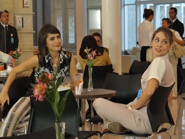 Raquel impressionada com ele...E Patrícia também. (Foto: Amor à Vida/TV Globo)