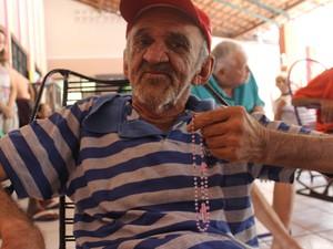 Antônio de Pádua, de 70 anos, no momento de oração (Foto: Ellyo Teixeira/G1)