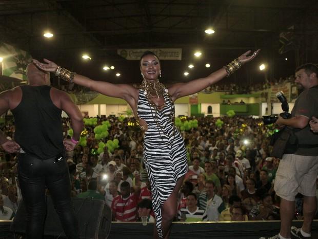 Cris Vianna na quadra da Imperatriz na Zona Norte do Rio (Foto: Isac Luz/ EGO)