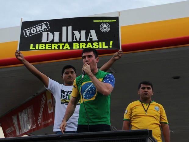 Manifestantes contra Dilma e Lula se se reuniram em frente à posto, em Manaus  (Foto: Sérgio Rodrigues/ G1 AM)