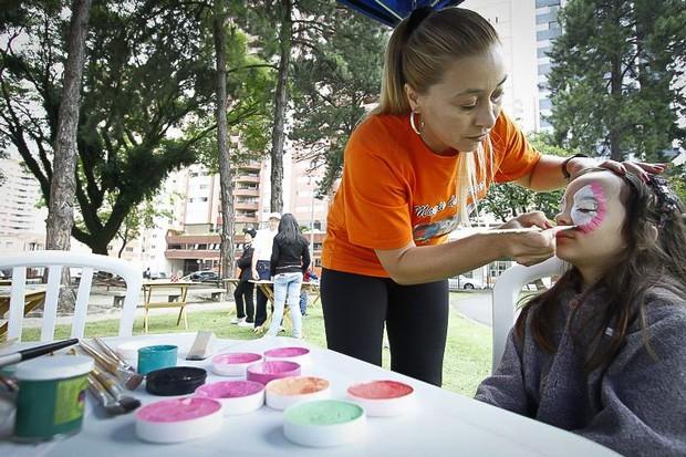 Crianças ficaram com os rostinhos bem coloridos (Foto: Euricles Macedo/RPC TV)