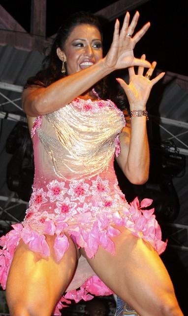 Gracyanne Barbosa deixa calcinha rosa de renda à mostra (Foto: Philippe Lima/Ag News)