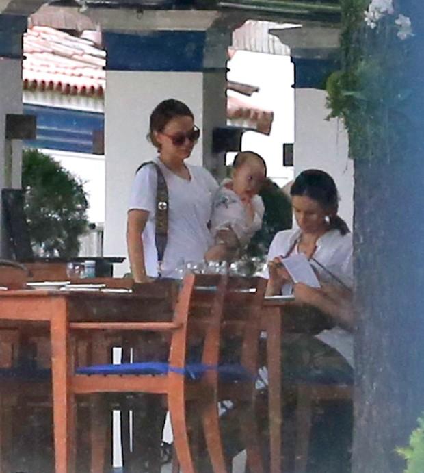 Natalie Portman com marido e filhos (Foto: Agnews)