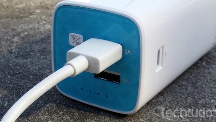 Power Bank da TP-LINK chega com cabo micro USB e possui saída de 2A mais rápida (Foto: Elson de Souza/TechTudo)