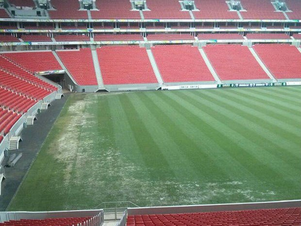 Imagem feita em fevereiro deste ano mostra falhas no gramado do Mané Garrincha (Foto: Fabrício Marques/Globoesporte.com)