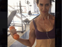 Ingra Liberato mostra barriga sarada em foto de top
