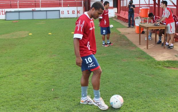 Leonardo - lateral-esquerdo - Vila Nova (Foto: Fernando Vasconcelos)