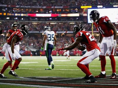 Tevin Coleman e Julio Jones comemoram touchdown do Atlanta Hawks (Foto: Getty Images)