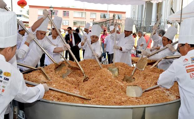 Chefs prepararam 1,3 tonelada de arroz frito (Foto: Ezequiel Becerra/AFP)