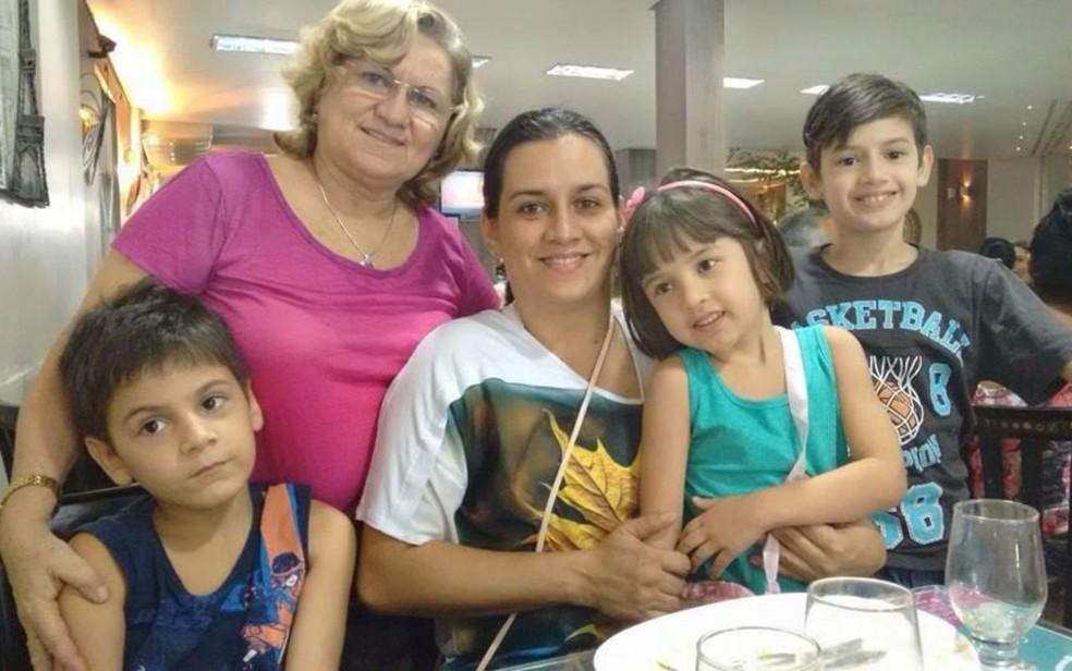 Renato (camisa azul) e Maurício (camisa cinza) são autistas; família Martins encara desafios todos os dias, diz Adely (centro) (Foto: Adely Martins/Arquivo Pessoal)