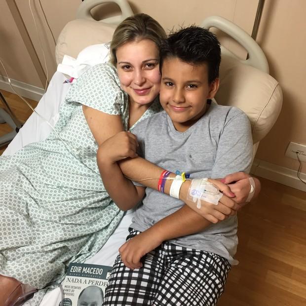 Andressa Urach e o filho, Arthur, em hospital em São Paulo (Foto: CO Assessoria/ Divulgação)