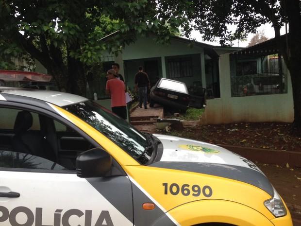 Antes de quase invadir casa, motorista admitiu ter ingerido bebida alcoólica e que não é habilitado para dirigir (Foto: Caio Vasques / RPC)
