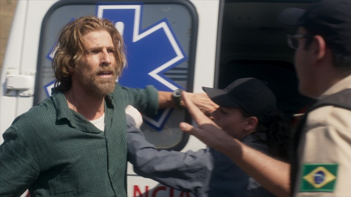 Pedro conversa com a equipe de resgate (Foto: TV Globo)