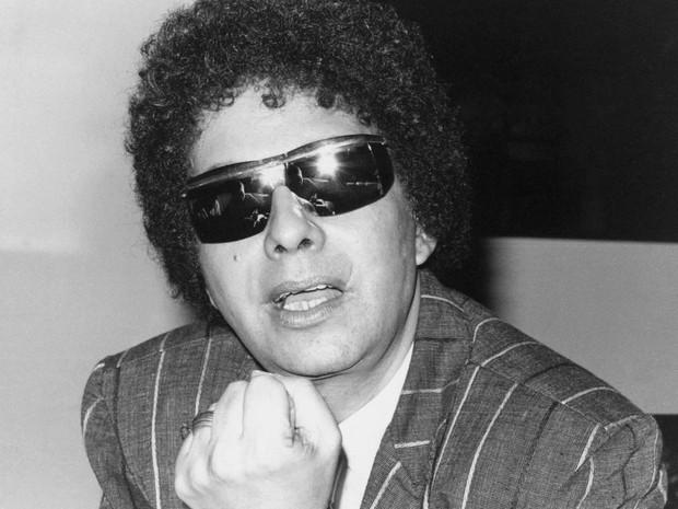 Cauby Peixoto gesticula durante entrevista em fevereiro de 1988, em São Paulo (Foto: Epitácio Pessoa/Estadão Conteúdo/Arquivo)