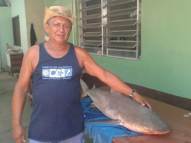 Pescador Glicério Viana, de 56 anos disse que se assustou quando puxou a rede e viu o tubarão (Foto: Maurício Rebouças/TV Tapajós)