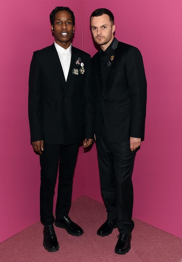 Com o estilista Kris Van Assche, diretor criativo da Dior Homme (Foto: Getty Images)