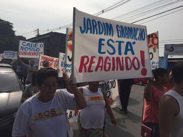 Moradores de Jardim Gramacho levaram cartazes para o protesto (Foto: Jorge Soares/ G1)
