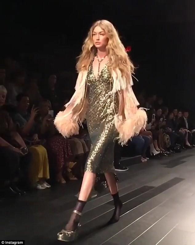 Ops! Gigi Hadid perde o sapato na passarela da Anna Sui  (Foto: Reprodução/Instagram)