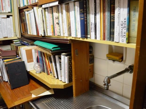Aposentado tem livros por todo o apartamento (Foto: Guilherme Lucio/G1)