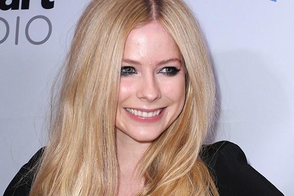 """Avril Lavigne critica não só a fama, mas as pessoas que a conquistam sem ter propriamente um motivo. """"Não é algo do qual eu queira fazer parte. Para algumas garotas, é como elas ficam famosas: elas vão para as baladas e ganham atenção por isso. É tudo que elas precisam e elas gostam disso. Mas eu tenho uma carreira"""", afirmou a cantora. (Foto: Getty Images)"""