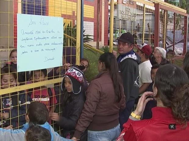 No portão de saída da escola pais eram avisados sobre meningite (Foto: Reprodução/ TV TEM)
