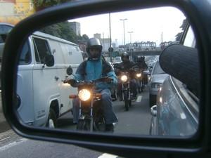 A fila de motoboys no trânsito de SP pelo retrovisor do carro (Foto: Arquivo Pessoal)