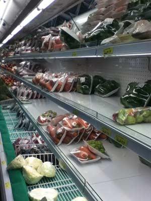 Fornecimento de verduras também está afetado; estabelecimentos afirmam que a culpa é dos balanços de fim de ano (Foto: Paula Ramón/G1)