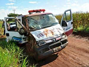 Ambulância capotou na MS-162, em Sidrolândia.  (Foto: Marcos Tomé/Região News)